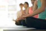 Practica yoga en grupo las tardes de lunes y viernes por la tarde en la sede de la fundación
